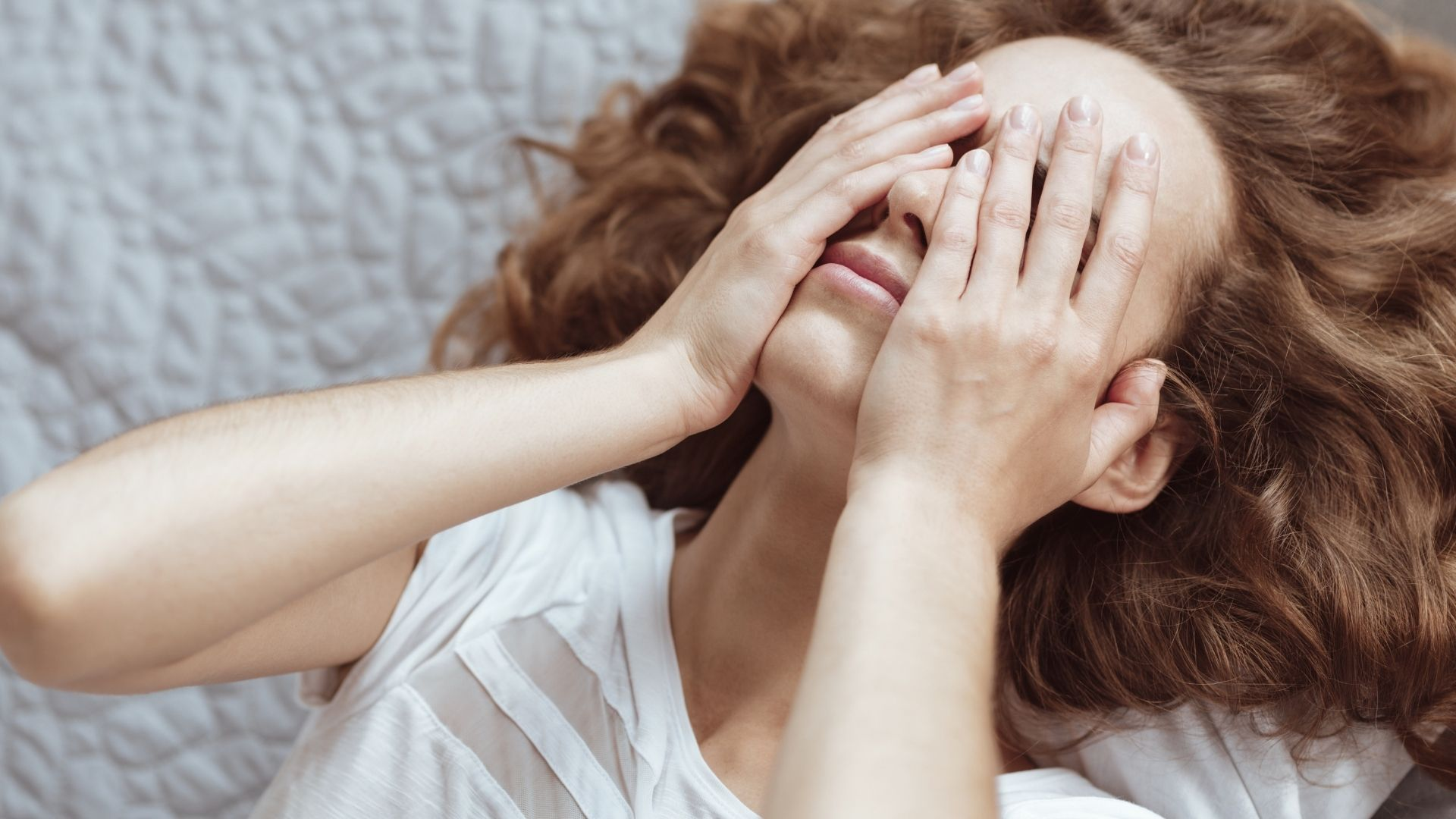 So wirst du schnell negative Gedanken los, die dir im Kopf herumschwirren. Wir haben konkrete Schritte, die dir sofort helfen.